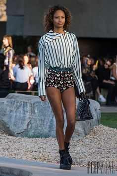 For Louis Vuitton's cruise 2016 outing, creative director Nicolas Ghesquière created a collection of languid ease–appropriate considering the Palm Springs… Nicolas Ghesquière, Runway Fashion, Fashion Models, Fashion Show, Fashion Trends, Fashion 2015, Louis Vuitton, Palm Springs, Cruise Collection