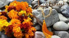 Perfume indiano natural e ayurvédico, sem álcool e muito concentrado, sua base é de extratos da flor e óleos essenciais. Basta aplicar uma pequena quantidade em alguns pontos – pulso, pescoço – que o perfume se espalhará com o calor do próprio corpo sem alteração do aroma. A embalagem é de cristal, muito delicada e sofisticada. Para tirar a tampa é necessário segurar o produto sobre o vapor por 30 seg