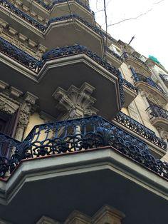 En estos balcones puede ver el uso de conchas, algo diferente para mostrar la naturaleza.   Rambla Catalunya