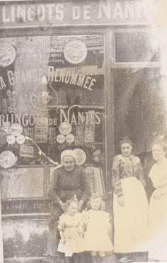 """Mon arrière arrière grand-mère, ses deux filles, sa petite fille et sa petite cousine devant la boutique des """"Berlingots de Nantes"""", au 3 rue de la Fosse."""
