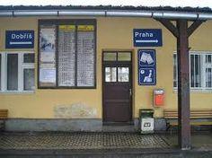 Esto es estación de tren. Está cerca del grande río Vltava.