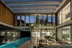 A implantação desta casa urbana se organiza ao redor de um jardim interno criado no meio do lote.