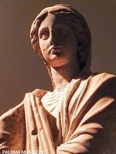 Estatua de mármol. Lugar de hallazgo desconocido. Mujer elegantemente vestida. c. 150-100 dC Statue of marble.  unknown find-spot Beautifully dressed woman. C. 150-100 AD