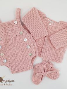 & Peto Handmade (in 17 Farben)& Dieses Set kann in allen .This Pin was discovered by Gra Baby Knitting Patterns, Knitting For Kids, Baby Patterns, Baby Romper Pattern, Pull Bebe, Diy Crafts Crochet, Baby Overalls, Knitted Romper, Knitted Baby