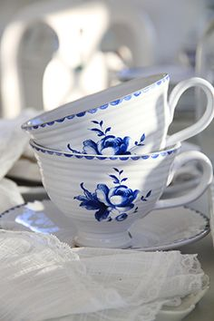 blue&white.quenalbertini: Floral teacups and saucer