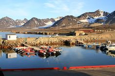 The small harbour at Ny Ålesund.