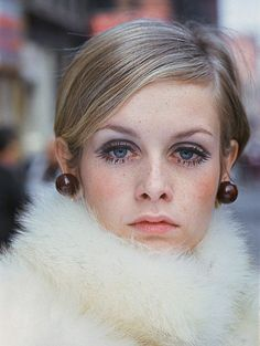 Twiggy (September is an English supermodel, actress and singer. Twiggy born Lesley Hornby was raised in the suburbs of London. Estilo Twiggy, Estilo Retro, 1960s Fashion, Fashion Models, Mod Fashion, Twiggy Style, Twiggy Model, Rock And Roll, 1960s Makeup
