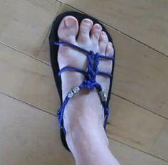 Different ways to tie sandals.
