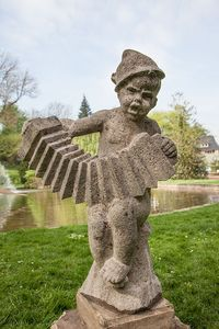 Das Cantulia-Männchen - Symbol der Cantulia-Werke, die von 1937 bis 1957 Akkordeons in Siegburg bauten, im Kurpark in Hennef, eine Schenkung des Eigentümers Dr. Neuerburg. Im April 2014 wurde es als Dauerleihgabe der Stadt Siegburg zur Verfügung gestellt. Stichworte: #Accordion #Art #Cantulia #Siegburg #Hennef #Sculpture