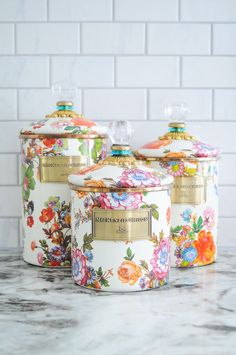 Get ready to spread spring inside your place with the beautiful spring colors home décor details we have put together nicely just for you to pin, save, and share. Kitchen Tops, New Kitchen, Kitchen Decor, Design Kitchen, Indian Home Interior, American Kitchen, Today Is My Birthday, Kitchen Canisters, Kitchenware