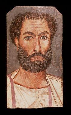 Fayoemportretten zijn geschilderd op houten plankjes door middel van pigment en hete was (encaustiek) of in de tempera-techniek. Ze stellen de rijke inwoners uit de oase voor, die in de Grieks-Romeinse periode tot grote bloei kwam. De wijze van afbeeldingen (schuin van voren, met aanduiding van licht en schaduw), de haar- en baarddracht, en de kleding zijn kenmerkend voor de Grieks-Romeinse cultuur.