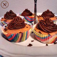 Como se cupcake não fosse fofo o suficiente, a Nuage faz mini cupcakes!  Esse foi um teste de massa de formigueiro com cobertura de nutella, um clássico da infância que ficou ainda melhor com a cobertura de nutella  Encomende para a sua festa ou empresa pelo email nuageduchocolat@gmail.com