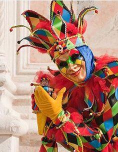 Arlequin A l'origine, Arlequin, un personnage-type de la Commedia dell'arte, était un personnage pauvre, un serviteur la plupart du temps, portant un costume complètement rapiécé. De nos jours, il est généralement assimilé à un bouffon, il a perdu son chapeau traditionnel au profit d'une coiffe de fou. Son costume, bien plus fastueux, est orné de triangles ou de losanges multicolores. On le représente souvent aux côtés de Colombine.