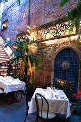 Esto es un restaurante en Mexico. Aqui la comida es hecha a mano por chefs profesionales. Gente como tourists vienen aqui a Puerto Vallarta para comer la comida deliciosa. Es un restaurante muy popular.