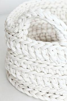 White crochet basket, a nice composé of different stitches. Cesto de croché em fio de malha, uma ótima combinação de diferentes pontos. #crochetbasket #crochet #basket #TshirtYarn #handmade #feitoamao #cestosdecroche #fiodemalha