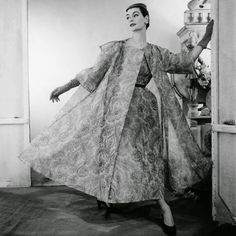 balenciaga vintage mode And I LOVE to look back… To those Glory Days when glamour and Couture were laws and when perfection and romance dictated all the trends. Balenciaga Vintage, Balenciaga Dress, 1950 Style, Vintage Outfits, Vintage Gowns, Dress Vintage, Jacques Fath, Moda Vintage, Vintage Mode