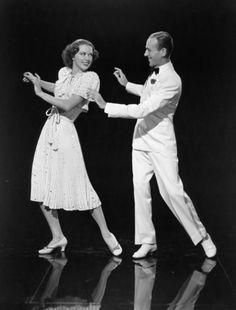 """""""Begin the Beguine"""". Esta canción fue escrita por el talentoso Cole Porter en 1935. La melodía se consideró demasiado larga y demasiado difícil de recordar, hasta que el director de orquesta Artie Shaw realizó una versión swing, y se puso de moda. En 1940, Fred Astaire y Eleanor Powell incluso lo convirtieron en un baile de moda en la película """"Broadway Melody"""". Entonces fue versionada por cada banda y se convirtió en un clásico de guerra."""