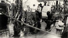 Meripoikia aluksen pumpuissa. Kuva: Museovirasto/Suomen merimuseo.