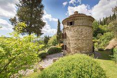 Képeken udvarok, kertek. Vidéki házak természetes környezetben öreg fák szomszédságában. Cottage Homes, Country Decor, Pisa, Monument Valley, Pergola, Tower, Rustic, Architecture, Building