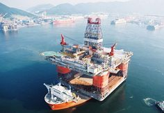 MV Blue Marlin with an oil platform on its deck. MV Blue Marlin goes underwater to prepare for loading and unloading Water Well Drilling, Drilling Rig, Gas Work, Oil Rig Jobs, Oil Platform, Blue Marlin, Oil Refinery, Commercial Property For Sale, Yacht Boat