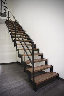 Rechte trap in metaal en hout van Spira