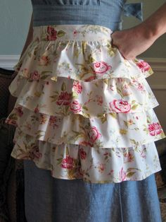 Floral ruffle apron - anyone want to make me this bit of loveliness? Aprons Vintage, Vintage Sheets, Retro Apron, Sewing Aprons, Sewing Clothes, Couture Main, Ruffle Apron, Sewing Ruffles, Apron Diy
