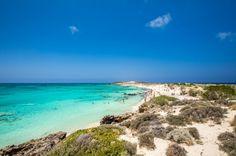 Elafonissi - Em uma ponta no sudoeste da Ilha de Creta, Elafonissi possui um trecho de areia branquinha que avança pelo mar. Ali, a água possui lindos tons de azul e é bem rasa e totalmente transparente.