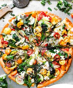 This veggie lovers gluten free flatbread pizza recipe will forever change your pizza night routine! Making a gluten free pizza can be simple Pizza Vegetariana, Gluten Free Flatbread, Flatbread Pizza Recipes, Veggie Pizza Recipes, Vegetable Pizza, Flatbread Sandwiches, Pizza Sans Gluten, Vegetarian Pizza Recipe, Cooking Recipes