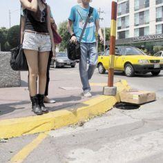 En el cruce de las avenidas Juárez y Enrique Díaz de León se encuentra una alcantarilla destapada desde hace varios meses, la cual es un peligro para los peatones. Reportero Ciudadano: Luis Rodríguez