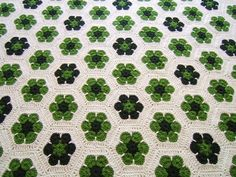 African Flower hexagons make a lovely clover-y afghan! - crochet: Afghan para Lucas by azulcrema