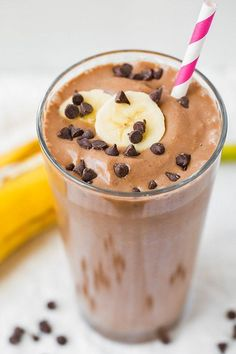 Chocolate Peanut Butter Banana Breakfast Shake - Frozen bananas and peanut butter team up to give this smoothie a rich, milkshake-like consistency that will make you think it's sinful. When you use unsweetened almond milk, though, it's packed with protein Healthy Shakes, Healthy Drinks, Healthy Meals, Healthy Protein, Healthy Smoothies For Breakfast Recipes, Healthy Options, Healthy Morning Shakes, Healthy Kid Recipes, Protein Shakes For Kids