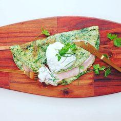 Wahnsinnige 55g Proteine pro Portion! Dieses Low Carb Omelette, gefüllt mit Schinken und Käse, liefert Dir jede Menge Eiweiß für den Muskelaufbau.