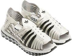 Las chancla/zapas de Adidas.