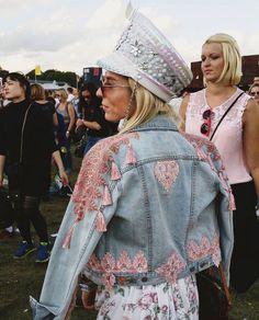 - Jacket Designs - Qui a dit que la veste en jean n'était pas cool Who said that the denim jacket was not cool. Look Jean, Denim Look, Festival Mode, Festival Fashion, How To Wear Denim Jacket, Jacket Jeans, Denim Fashion, Fashion Outfits, Denim Art