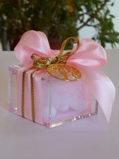 Μπομπονιέρα γάμου - ΚΩΔ.: BG113 | μπομπονιέρες γάμου από heartsunionart.gr Perfume Bottles, Wedding, Beauty, Mariage, Perfume Bottle, Cosmetology, Weddings