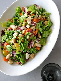 食べ応えたっぷりの具だくさんサラダで、栄養満点ランチはいかが?|『ELLE a table』はおしゃれで簡単なレシピが満載!