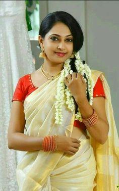Kerala Saree Beautiful Blonde Girl, Beautiful Girl Image, Beautiful Women, Beautiful Saree, Beautiful Indian Actress, Beauty Full Girl, Beauty Women, Indian Photoshoot, Saree Photoshoot