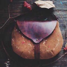 ☆Продана☆сделаем на заказ☆  Текстильно-кожаная сумочка ручной работы.  Как чай с листом малины, или с калиной) Люблю)  Текстиль - что-то вроде микровельвета с вышивкой. Кожа - плотная состаренная. Внутри - вручную окрашенный хлопок.  29/23 см  цена 3300р  52$  если хотите забронировать - оставляйте комментарий  купить - сообщение в директ, или whatsApp 89618502598  if you want to find - please leave a comment buy - direct message or whatsApp 89618502598 #bag#handbag…