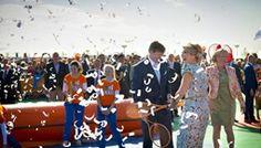 De Rijp, 26 april 2014: Koning Willem-Alexander en Koningin Máxima tennissen tijdens een wandeling door De Rijp.