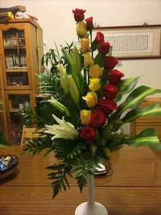 Discover thousands of images about flores Tropical Flower Arrangements, Creative Flower Arrangements, Church Flower Arrangements, Tropical Flowers, Altar Flowers, Church Flowers, Funeral Flowers, Altar Decorations, Flower Decorations