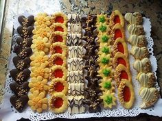 Biscuit Decoration, Food Decoration, Eid Sweets, Cookie Recipes, Dessert Recipes, Croissant Recipe, Candy Drinks, Biscotti Cookies, Cookie Packaging