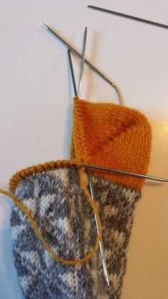 Socks inspired by marimekko Knitted Slippers, Wool Socks, Knit Mittens, Knitting Socks, Knitted Hats, Textiles, Happy Socks, Yarn Projects, Tatting