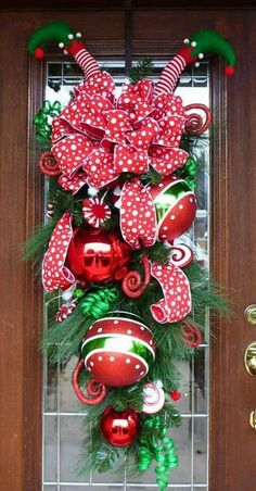 25 Perfect Simple Diy Christmas Door Decorations For Home And School. If you are looking for Simple Diy Christmas Door Decorations For Home And School, You come to the right place. Diy Christmas Door Decorations, Christmas Swags, Noel Christmas, Outdoor Christmas, Holiday Wreaths, Christmas Projects, All Things Christmas, Burlap Christmas, Christmas Front Doors