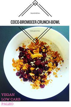 Mein derzeitiges Lieblings-Topping: geröstete Kokosflakes.   Hier in Kombination mit Brombeeren, Mandelmilch, Chia und Cashews. Ich liebe auch Erdnussbutter und Zimt dazu.  Genießt es!