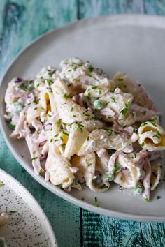 Cremet Pastasalat Med Skinke. En Skøn pastasalat perfekt i madpakken, til frokost i weekenden, til buffetbordet eller til picnic på en varm sommerdag! En pastasalat med skinke og ærter.