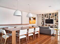 A sala de jantar tem mesa de madeira e pendentes brancos, que tornam o espaço bem clean e confortável (Foto: MCA Estúdio)