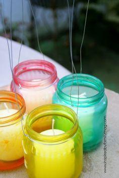 Zelf glazen bokaaltjes verven om buiten te hangen. Leuk ideetje voor een mooi effect in je tuin