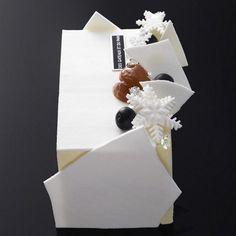 Des Gateaux et du Pain - Bûche glacée Mont Blanc:L'accord du marron et du cassis noir de Sologne Meringue croustillante, crème glacée châtaigne aux éclats de marrons glacés, sorbet cassis noir et crème chantilly.
