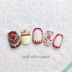 ファッションも刺繍ブラウスが流行していますが、ネイルも刺繍がトレンドに。「刺繍ネイル」のデザインバリエーションをご紹介いたします。