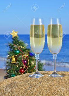 Copas De Champán Y árbol De Navidad En La Playa Contra El Mar Azul Fotos, Retratos, Imágenes Y Fotografía De Archivo Libres De Derecho. Image 16167516.